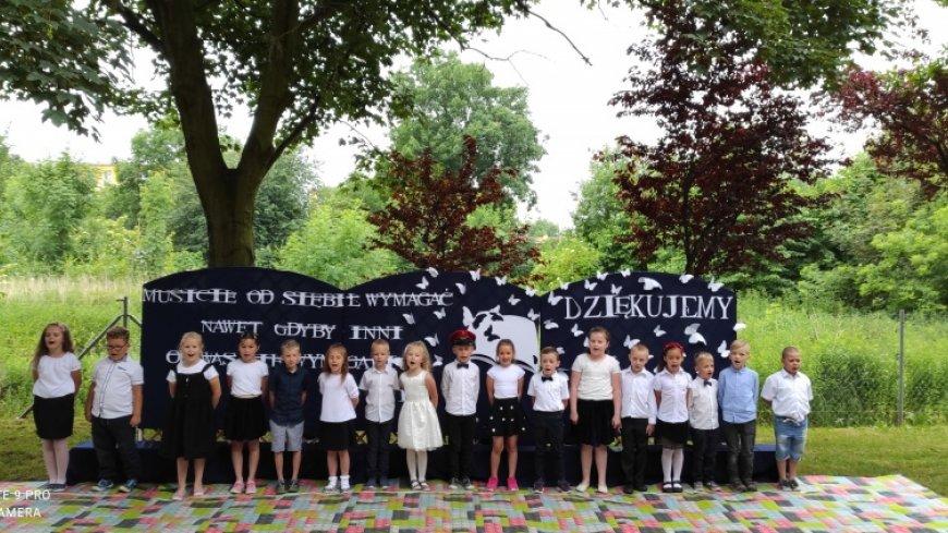 Na zdjęciu widać uczniów na zakończeniu roku szkolnego.
